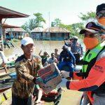 Gubernur Beri Bantuan Masyarakat Terdampak Banjir Batanghari