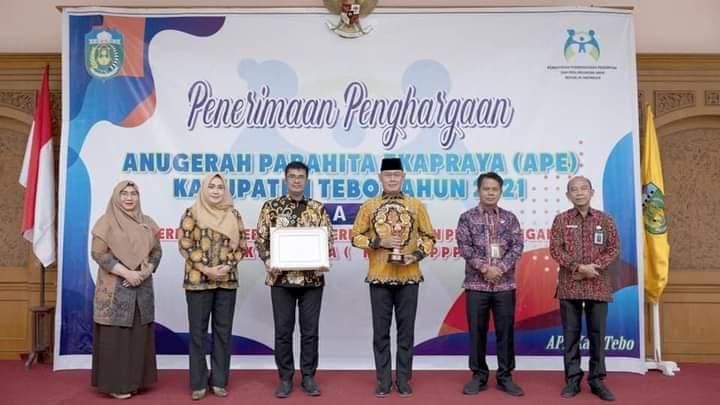 Penghargaan Anugerah Parahita Ekapraya di HUT ke 22 Kabupaten Tebo